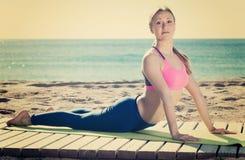 Insieme di pratica della donna di forma fisica di allungamento degli esercizi Immagine Stock