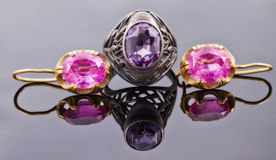Insieme di retro gioielli dell'oro dagli orecchini d'argento dell'oro e dell'anello Fotografia Stock