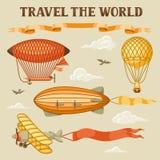 Insieme di retro trasporto aereo Dirigibile d'annata, piccolo dirigibile e pianura dell'aerostato in cielo nuvoloso Fotografia Stock Libera da Diritti