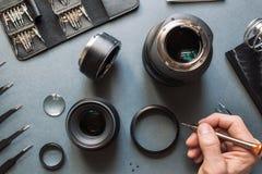 Insieme di riparazione dell'obiettivo della foto Manutenzione dell'ingegnere Fotografia Stock