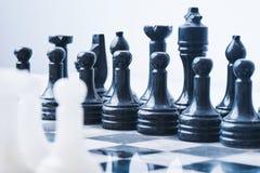 Insieme di scacchi di marmo su una scacchiera Fotografia Stock Libera da Diritti
