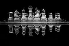 Insieme di scacchi di vetro in bianco e nero con la riflessione Immagini Stock