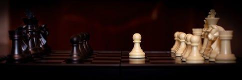 Insieme di scacchi messo a fuoco selezionato Il bianco va il primo il figura-pegno centrale sopra è messo a fuoco Concetto di lav immagini stock