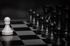 Insieme di scacchi messo a fuoco selezionato Il bianco va il primo il figura-pegno centrale sopra è messo a fuoco Concetto di lav fotografia stock