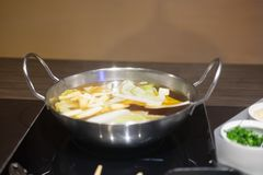 Insieme di Shabu o di Sukiyaki e verdure miste Immagine Stock