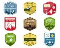 Insieme di Ski Club, etichette della pattuglia Montagna d'annata illustrazione di stock