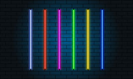 Insieme di spazzole al neon Insieme degli oggetti leggeri variopinti su fondo scuro Immagine Stock Libera da Diritti