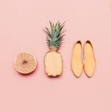 Insieme di stile di estate delle signore di modo Frutti e scarpe della vaniglia Fotografie Stock Libere da Diritti