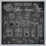 Insieme di strumenti del caffè di barista Stile di abbozzo Fondo della lavagna Immagine Stock