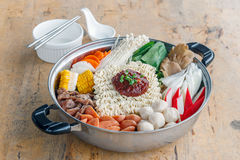 Insieme di Sukiyaki, Shabu con la tagliatella e la verdura nel vaso immagini stock