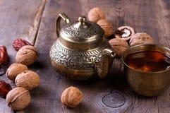 Insieme di tè arabo tradizionale e datteri secchi Immagini Stock Libere da Diritti
