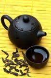 Insieme di tè cinese e puerh selvaggio sulla stuoia gialla Fotografia Stock