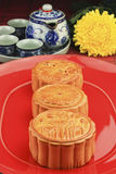 Insieme di tè con i mooncakes Fotografie Stock