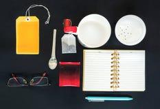 Insieme di tè con il modello del taccuino, della penna e di vetro Fotografie Stock