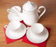 Insieme di tè della porcellana di osso su una tabella di legno Fotografie Stock Libere da Diritti