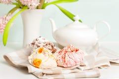 Insieme di tè della primavera con la meringa lanuginosa della frutta multicolore fotografia stock