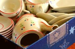 Insieme di tè della retro bambola fatto di porcellana bianca Insieme dei giocattoli d'annata Fotografie Stock Libere da Diritti