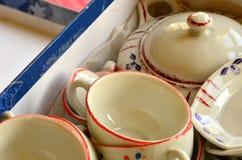 Insieme di tè della retro bambola fatto di porcellana bianca Insieme dei giocattoli d'annata Immagini Stock Libere da Diritti