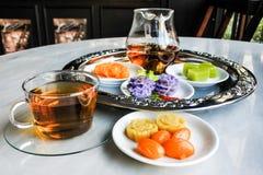 Insieme di tè di lusso di pomeriggio con il dessert tailandese Fotografia Stock