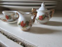 Insieme di tè miniatura della porcellana fotografie stock libere da diritti