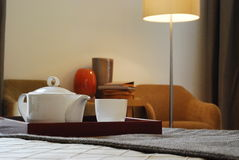 Insieme di tè nella sala 5 fotografie stock