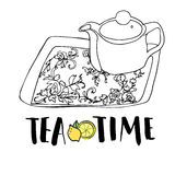 Insieme di tè, teiera e vassoio di tè disegnati a mano grafici con l'ornamento floreale Fotografie Stock Libere da Diritti