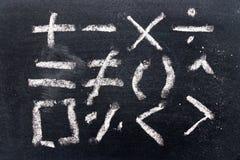Insieme di tiraggio di simbolo di per la matematica da gesso sul bordo nero immagini stock