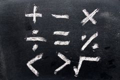 Insieme di tiraggio di simbolo di per la matematica da gesso sul bordo nero immagini stock libere da diritti