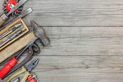 Insieme di vari vecchi attrezzi per bricolage compreso le pinze e la pinza del martello Immagini Stock Libere da Diritti