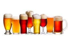 Insieme di vari vetri di birra Vetri differenti di birra Birra inglese isolata su fondo bianco Immagine Stock