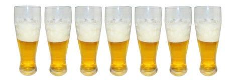 Insieme di vari vetri di birra pieni Isolato su priorità bassa bianca Fotografia Stock
