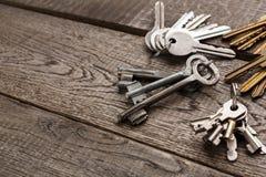 Insieme di varie chiavi del metallo su legno invecchiato Fotografia Stock Libera da Diritti