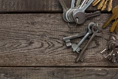 Insieme di varie chiavi del metallo su legno invecchiato Fotografia Stock