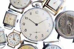 Insieme di vecchi orologi isolati su fondo bianco Immagini Stock