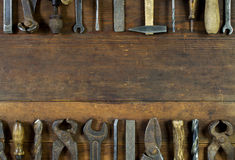 Insieme di vecchi strumenti arrugginiti su fondo di legno rustico Fotografia Stock