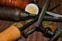 Insieme di vecchi strumenti e monete Immagini Stock