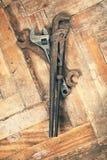 Insieme di vecchie chiavi sul pavimento di legno Fotografia Stock
