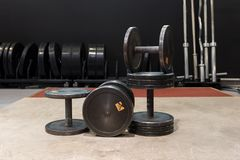 Insieme di vecchie e teste di legno usate del metallo del nero della palestra Palestra ed attrezzatura di forma fisica fotografia stock