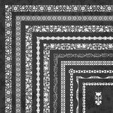Insieme di vettore dei confini e dei telai d'angolo decorativi su un fondo della lavagna illustrazione vettoriale