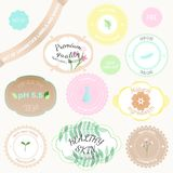 Insieme di vettore dei distintivi e delle etichette con le varie iscrizioni per i cosmetici illustrazione di stock