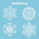 Insieme di vettore dei fiocchi di neve su un fondo blu royalty illustrazione gratis