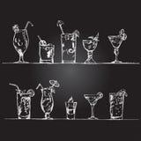 Insieme di vettore dei vetri di cocktail nello stile di gesso su una lavagna Fotografia Stock
