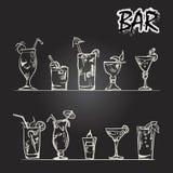 Insieme di vettore dei vetri di cocktail nello stile di gesso su una lavagna Fotografie Stock