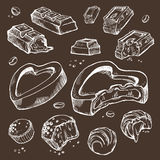 Insieme di vettore del cioccolato pungente schizzi Rotoli dolci, barre, lustrate, fave di cacao Oggetti isolati su un fondo scuro Immagini Stock Libere da Diritti
