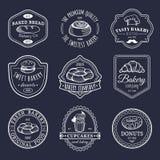Insieme di vettore del logos d'annata del forno Retro raccolta degli emblemi con il biscotto, il bigné dolci ecc Icone della past Immagini Stock