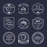 Insieme di vettore del logos d'annata del forno Retro raccolta degli emblemi con il biscotto, il bigné dolci ecc Icone della past Fotografie Stock
