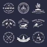 Insieme di vettore del logos di campeggio dell'annata Retro raccolta dei segni delle avventure all'aperto Schizzi turistici per g Fotografie Stock