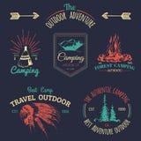 Insieme di vettore del logos di campeggio Emblemi o distintivi di turismo Firma la raccolta delle avventure all'aperto con gli el Fotografia Stock Libera da Diritti