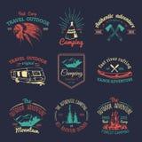 Insieme di vettore del logos di campeggio Emblemi o distintivi di turismo Firma la raccolta delle avventure all'aperto con gli el Fotografia Stock