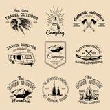 Insieme di vettore del logos di campeggio Emblemi o distintivi di turismo Firma la raccolta delle avventure all'aperto con gli el Fotografie Stock Libere da Diritti